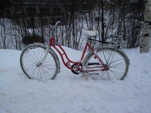 die einfachste Art, sein Rad zu parken - in den Schnee stellen
